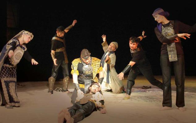 Студенты участвуют в театральной постановке