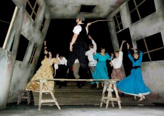 Сцена из современной театральной постановки