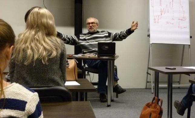 Преподаватель проводит лекцию для студентов