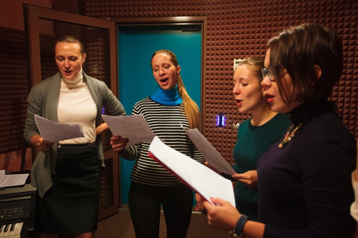 Группа девушек тренируют сценическую речь