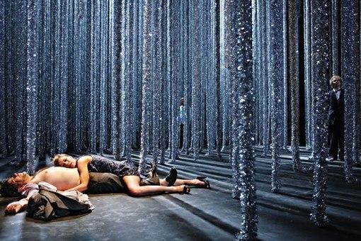 Театральная сцена, оформленная под зимний лес