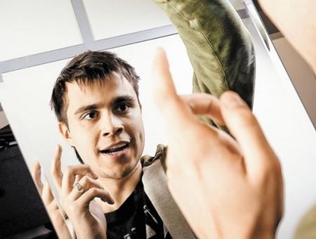 Молодой человек репетирует речь перед зеркалом