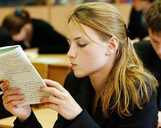 Ученица на уроке русского языка