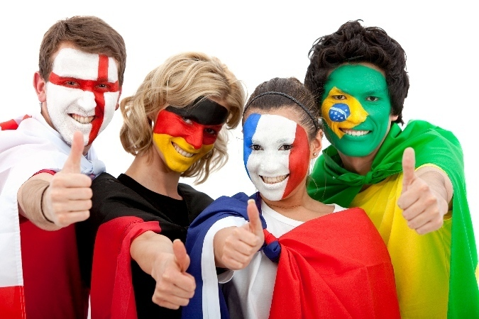 Лица, разрисованные под флаги разных стран