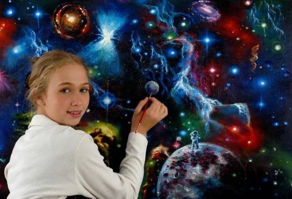 Девочка рисует солнечную систему