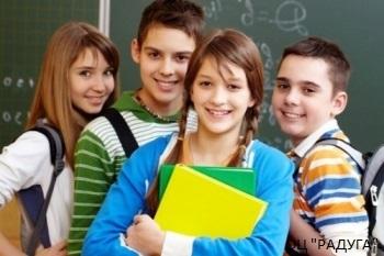 Группа подростков в классе у доски