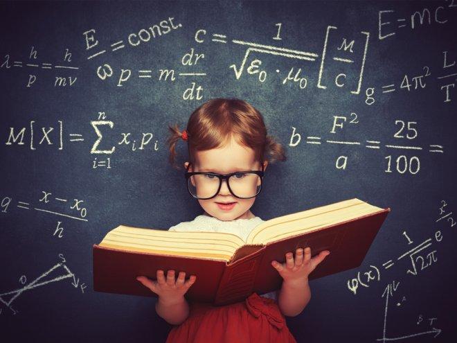 Девочка с книгой на фоне классной доски