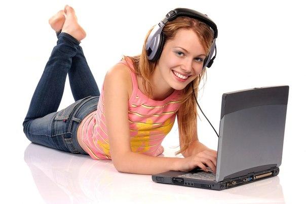 Девушка с ноутбуком в наушниках