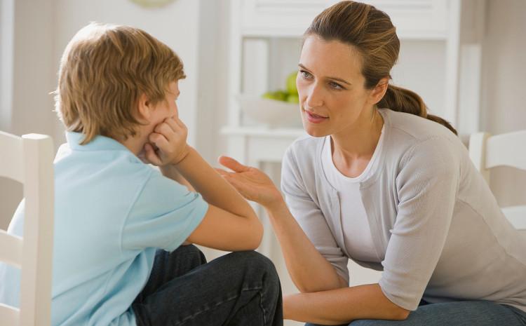 Женщина разговаривает с подростком