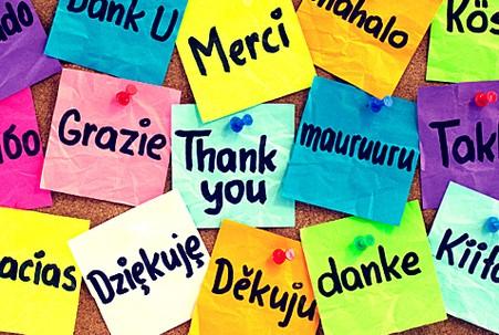 Разноцветные стикеры с надписями на иностранных языках