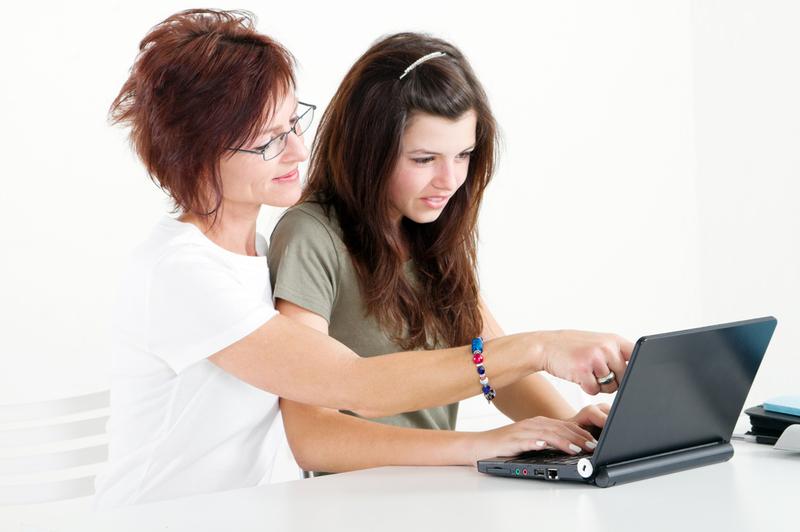 Две девушки выбирают программу обучения онлайн