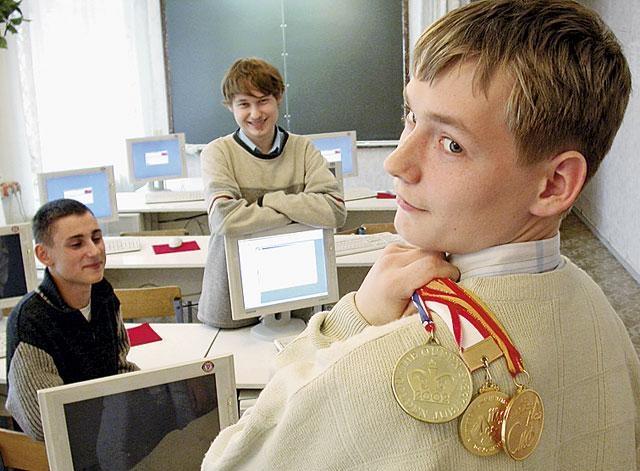 Старшеклассник с медалями