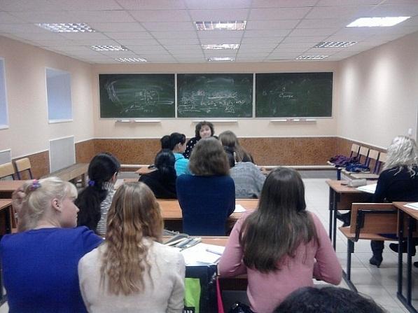 Ученики на уроке слушают учителя