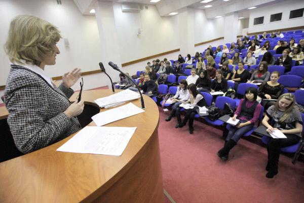 Преподаватель вуза читает лекцию