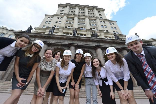 Группа студентов в строительных касках