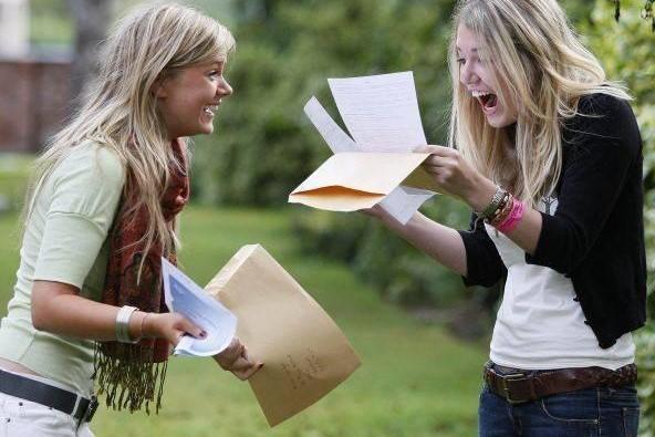 Две студентки радуются успешно сданным экзаменам