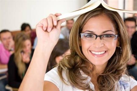 Девушка держит раскрытую книгу над головой