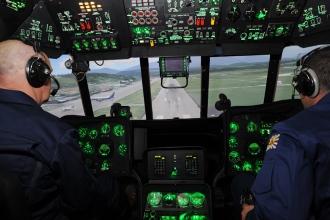 Пилоты сажают самолет на посадочную полосу