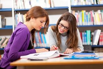 Студентки заочного отделения в библиотеке вуза