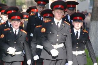 Ученики военного училища идут строем