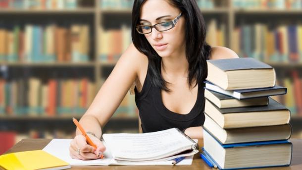 Девушка готовится к экзаменам