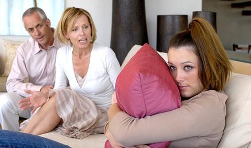 Родители отчитывают дочь
