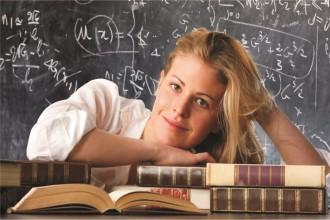 Девушка сидит у школьной доски