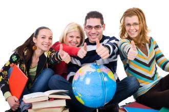 Группа студентов с книгами и глобусом