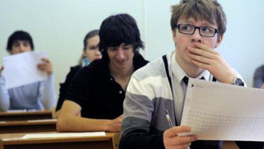Абитуриенты сдают экзамены в вуз