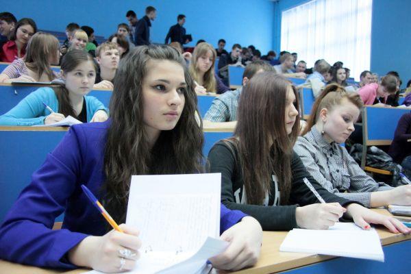 Абитуриенты на экзамене