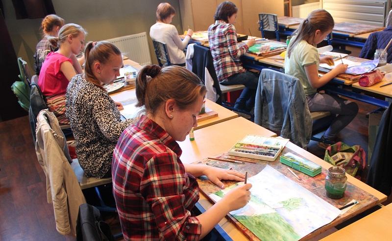 Студенты на уроке рисования