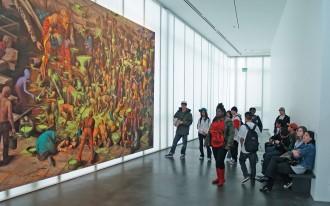 Экскурсанты разглядывают картину в музее