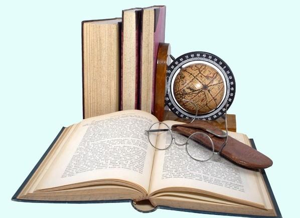Книги, глобус и очки