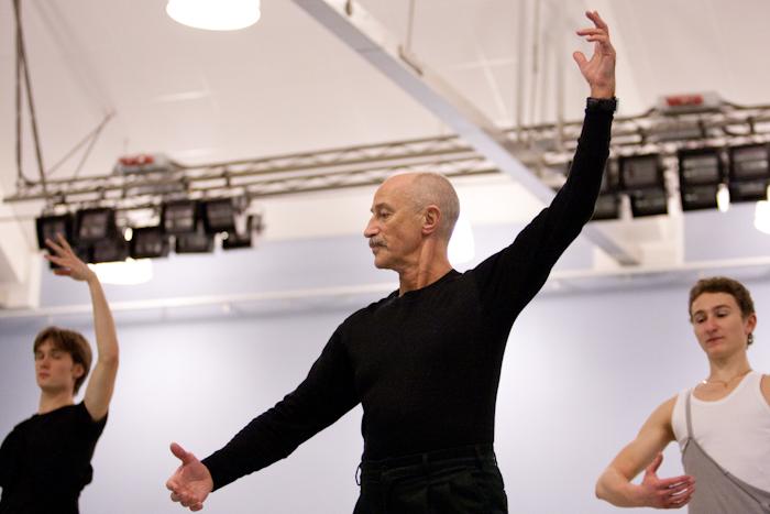 Балетмейстер обучает студентов танцу