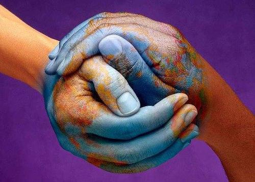 Две руки, разрисованные под страны мира