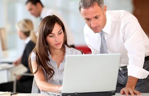 Мужчина и молодая девушка работают за ноутбуком