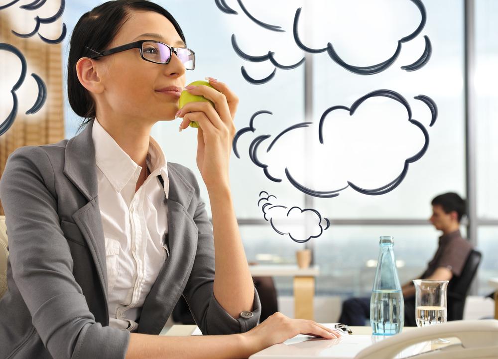 Девушка есть яблоко и мечтает