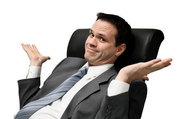 Молодой человек сидит в офисном кресле