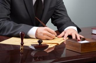Юрист подписывает документы