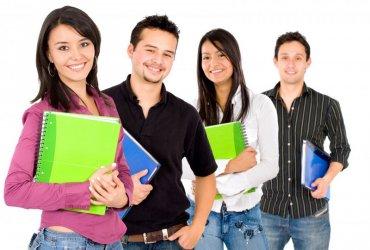 Группа студентов с лекциями в руках