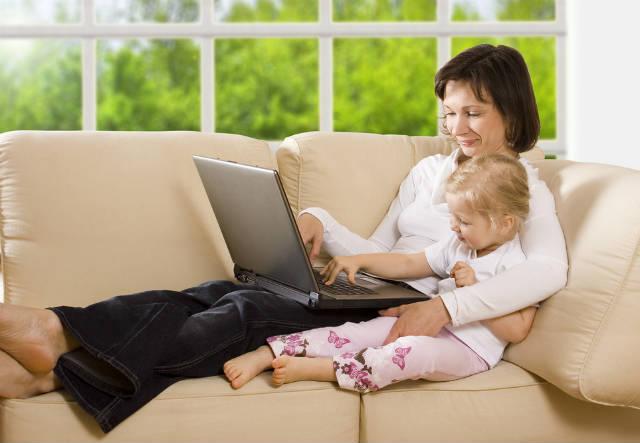 Женщина с ребенком играют за компьютером