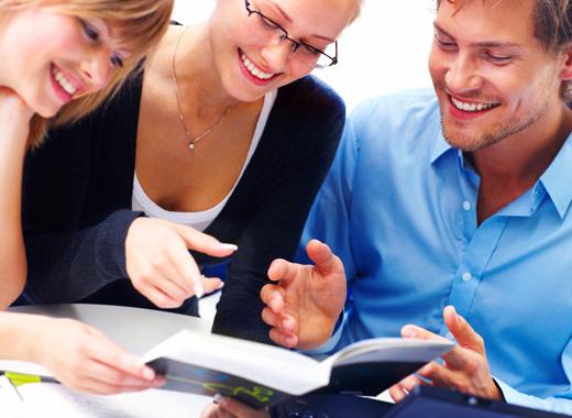 Трое молодых людей обсуждают работу