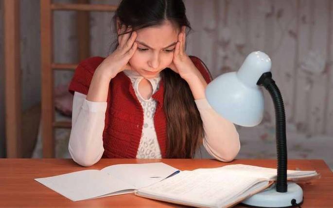 Девочка задумалась над домашним заданием