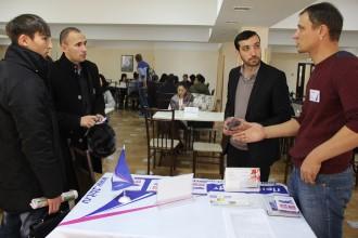 Группа людей обсуждает план занятий