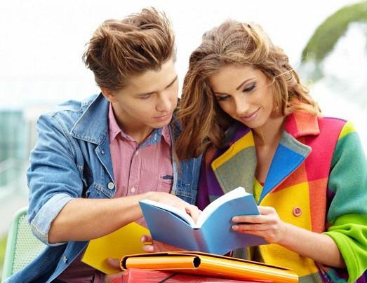 Парень и девушка рассматривают книгу