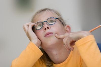 Задумчивая девочка в очках
