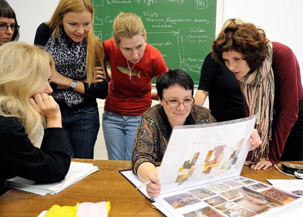 Преподаватель и студенты рассматривают схему