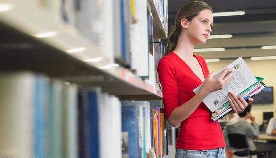 Девушка с книгой в библиотеке