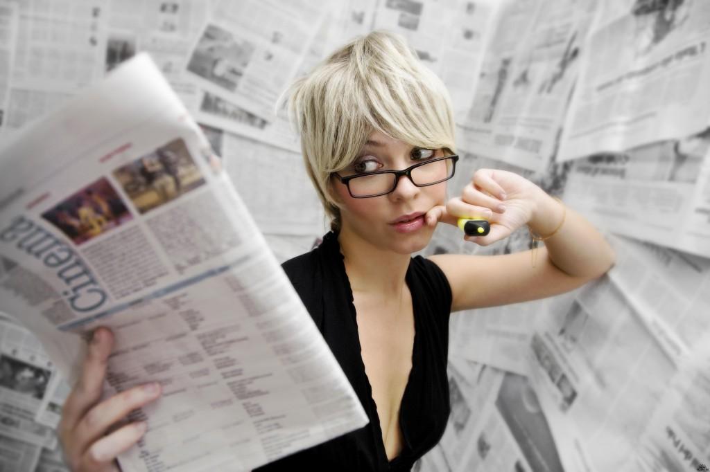 Девушка с газетами