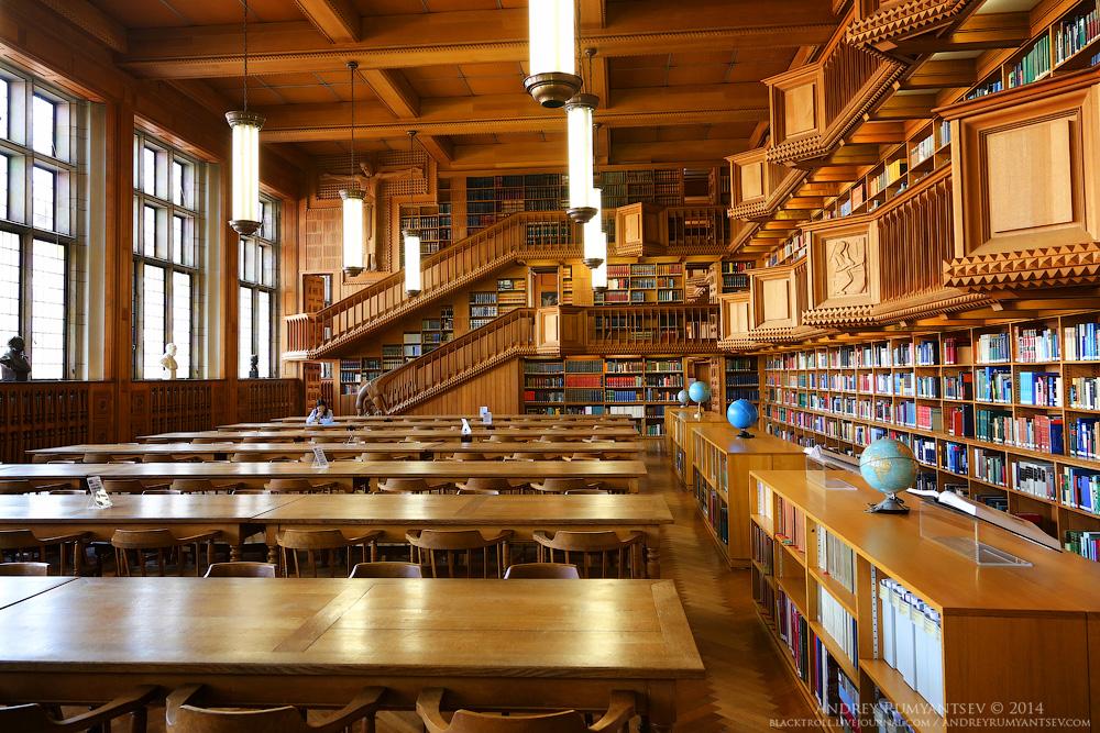 Зал университетской библиотеки